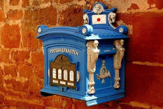 briefkasten blau antik figuren