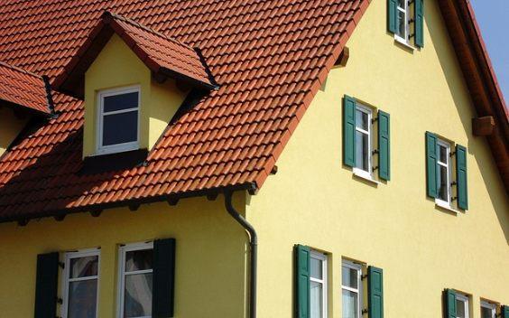 haus fassade gelb dach rot gauben