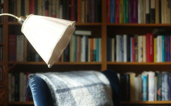 Leseecke mit Sessel und Lampe