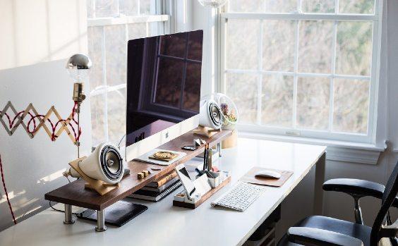 Klug eingerichteter Schreibtisch