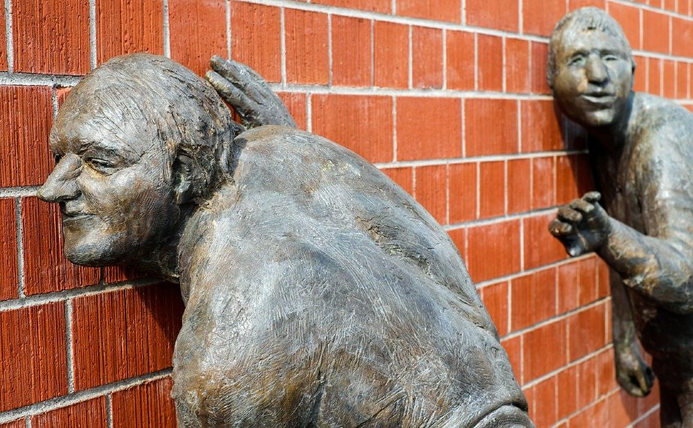 skulptur bronze wand 1000
