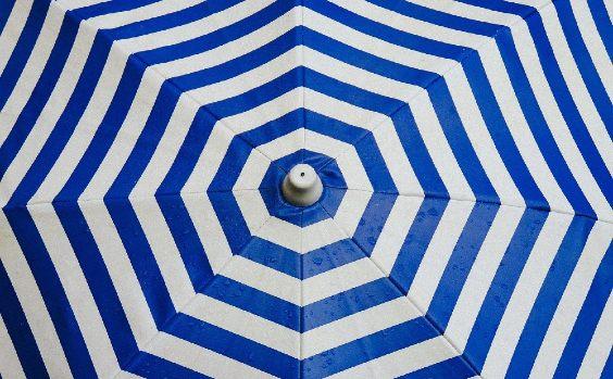 Sonnenschirm blau weiss