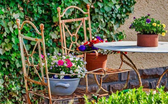 terrasse mediterran stuehle blumen 564