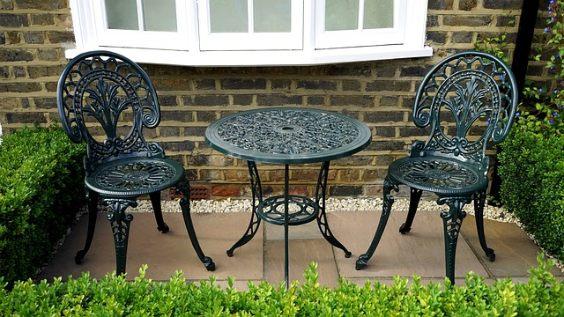 terrassenbelag stein klein stuhl tisch