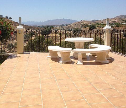 terrassenbelag stein tisch rundbank mallorca