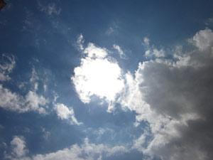Die Markise sollte man bei schönem Wetter reinigen