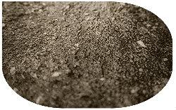 Vor dem spachteln müssen Risse im Estrich ausgebessert werden